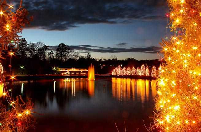 10 u s towns with incredible christmas celebrations for Best places to go for christmas in the usa