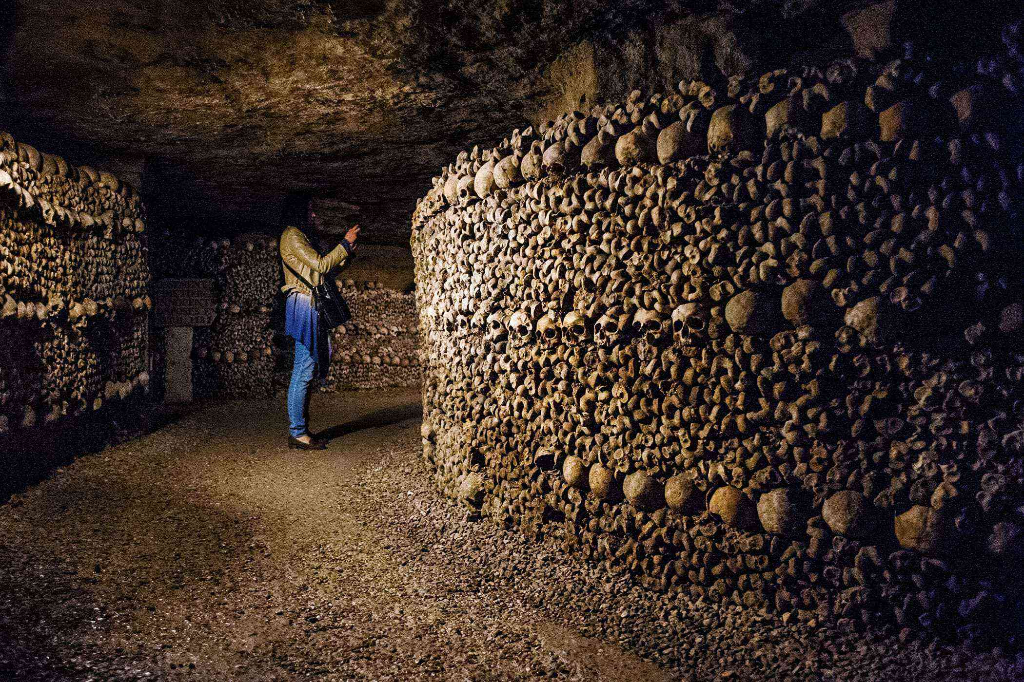 Stuff-Made-Out-Of-Bones-Paris-Catacombs-2