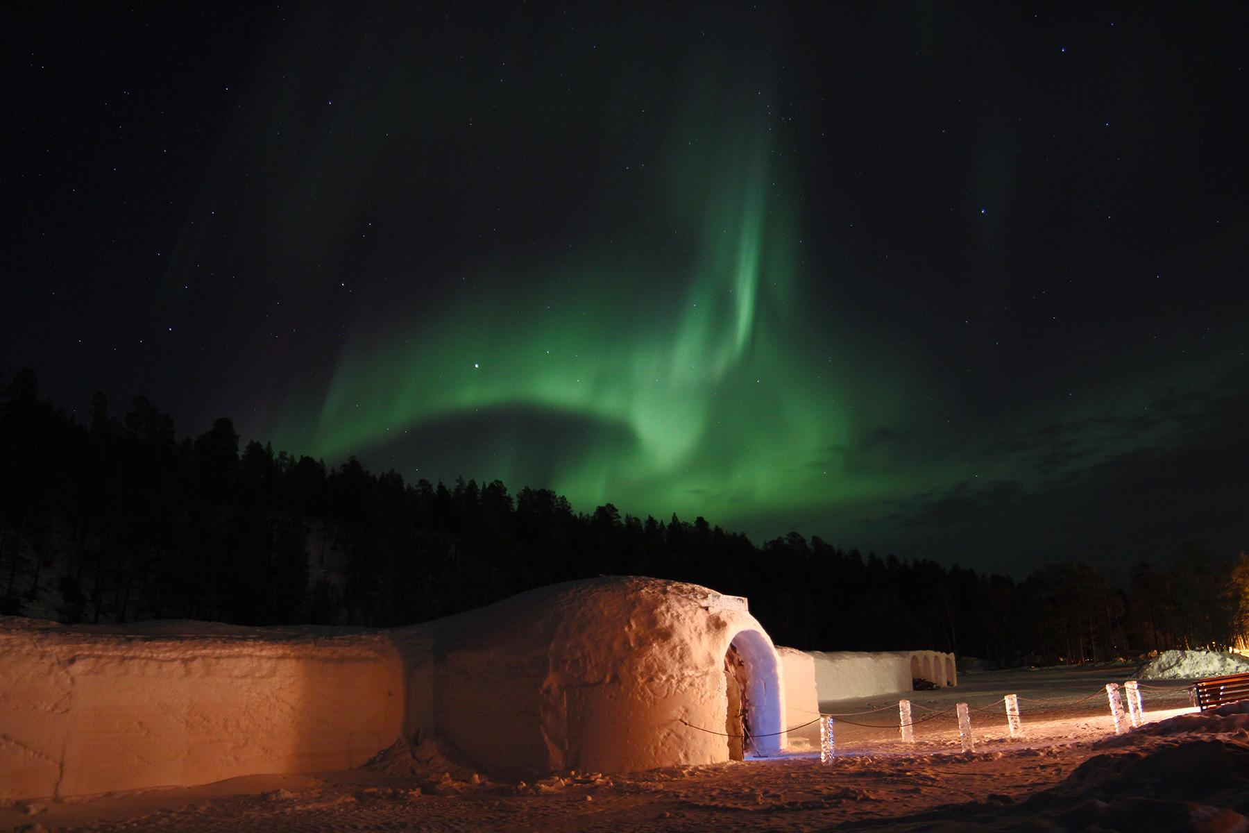 09_IceHotels__SorrisnivaIglooHotel_Northern-light----Igloo-Hotel